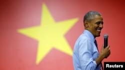 Başkan Obama Vietnam ziyareti sırasında gençlere hitap ederken
