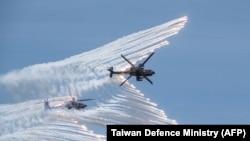 台灣國防部發放的台灣空軍美製AH-64E攻擊直升機參加聯合反登陸作戰軍演的照片。 (2020年7月2日)
