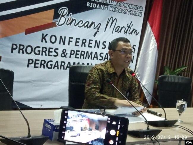 Deputi II Bidang Koordinasi Sumber Daya Alam dan Jasa Kemenko Maritim Agung Kuswandono saat menggelar konferensi pers di kantornya, Jumat, 12 Juli 2019. (Foto: Sasmito Madrim/VOA)