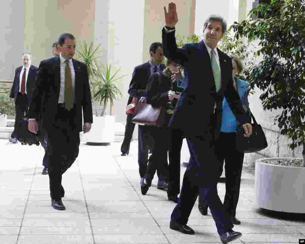 2013年3月3日,美國國務卿克里在埃及開羅與非政府組織成員會面前向人們揮手致意。