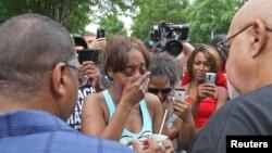 死者亲属在接受媒体采访时痛哭不已, 2016年7月7日。