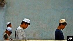 우즈베키스탄 젊은이들이 이슬람 사원에서 기도하고 있다. (자료사진)