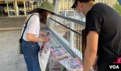 香港市民蔡小姐自费赚买十多份8月11日的苹果日报,捐给天水连线成员免费派发给其他市民,以示支持新闻自由。 (美国之音/汤惠芸)