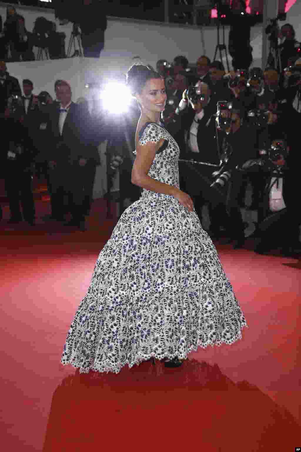 هفتاد و دومین جشنواره فیلم کن؛ پنه لوپه کروز، بازیگر فیلم «رنج و شکوه» در مراسم پیش از نمایش فیلم در مقابل دوربین ها ژست گرفته است.