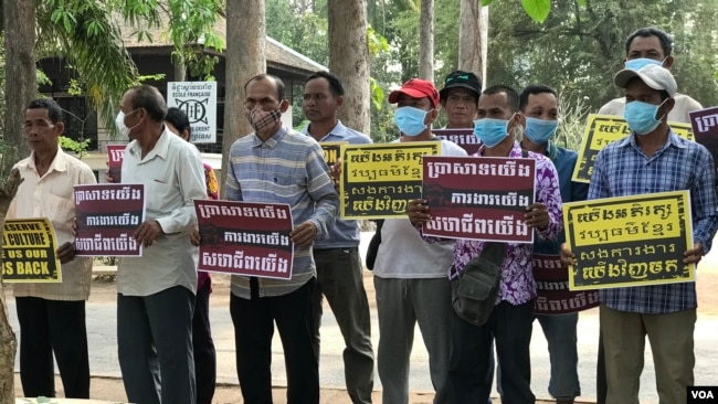 Former construction workers at the Western Mebon temple in Siem Reap city's Kork Chak staged a protest at the École française d'Extrême-Orient (EFEO), Siem Reap, Cambodia, March 16, 2020. (Hul Reaksmey/VOA Khmer)