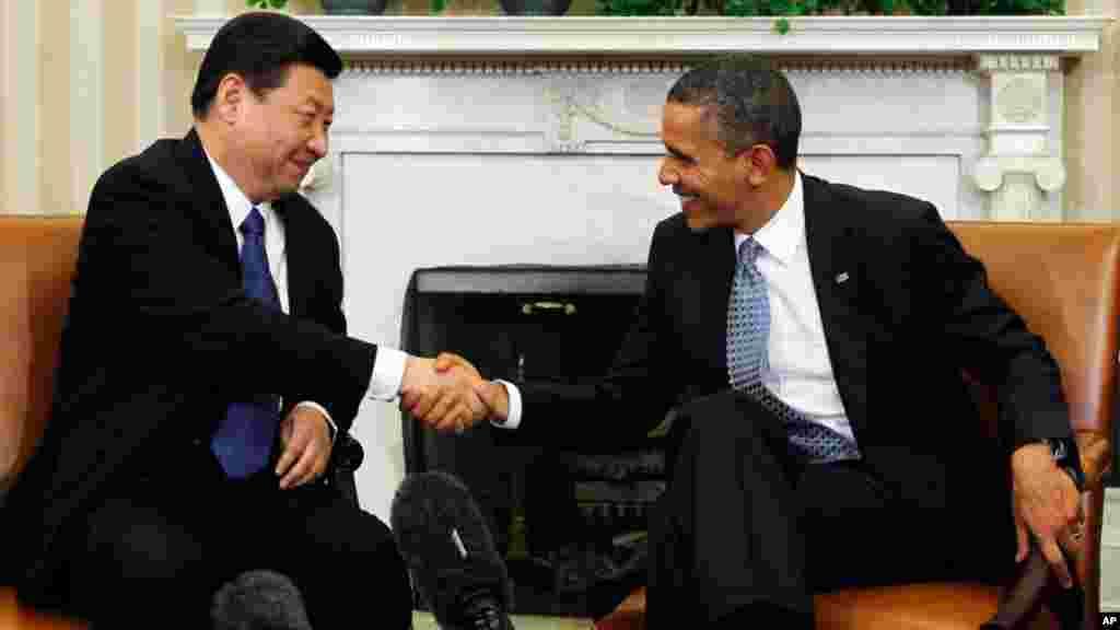 Rais Obama akipeana mkono na Rais wa China Jinping katika ofisi yake White House Februari, 2012. (Reuters)
