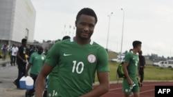 Obi Mikel s'entraîne avant le match de qualification pour la Coupe du Monde contre le Cameroun, au Godswill Akpabio International Stadium, Uyo dans l'Etat d'Akwa Ibom, au sud du Nigeria, le 31 août 2017.