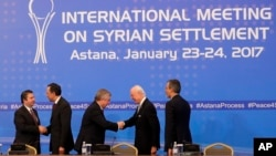 Turkish Foreign Ministry Deputy Undersecretary Sedat Onal, left, and Kazakh Foreign Minister Kairat Abdrakhmanov shake hands as Russia's special envoy on Syria Alexander Lavrentiev, center, and UN Syria envoy Staffan de Mistura shake hands and Iran's Deputy Foreign Minister Hossein Jaber Ansari stand after the final statement following the talks on Syrian peace in Astana, Kazakhstan, Jan. 24, 2017.