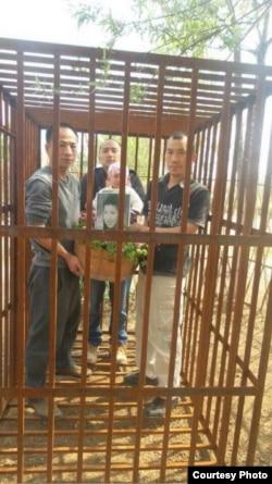 在北京的艺术家以铁笼内的行为艺术纪念林昭遇难46周年。