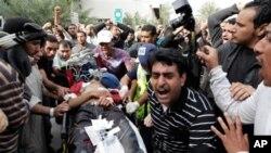 바레인 수도 마나마에서 반정부 시위자들이 부상한 한 남성을 들것에 실어 병원으로 옮기고 있다.
