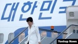러시아·중국·라오스 순방에 나선 박근혜 한국 대통령이 2일 저녁 러시아 블라디보스토크 국제공항에 도착, 전용기에서 내려오고 있다.