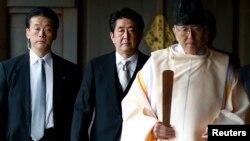 아베 신조 일본 총리(가운데)가 26일 2차 세계대전 전범들의 위패를 보관한 야스쿠니 신사 참배를 강행했다.