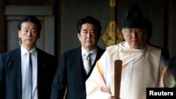 日本首相安倍晋三在神道祭司的引领下参拜东京靖国神社。