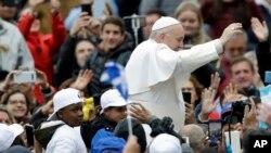 El Vaticano informó que los niños y las familias han ido llegando en barco a Italia en los últimos tiempos en virtud de un corredor humanitario.