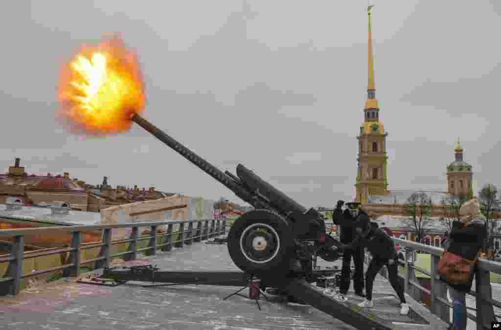 Tennis player Roberta Vinci of Italy, participant of the St. Petersburg Ladies Trophy-2017 tennis tournament, makes a midday cannon shot in the Saint Peter and Paul Fortress in St. Petersburg, Russia.