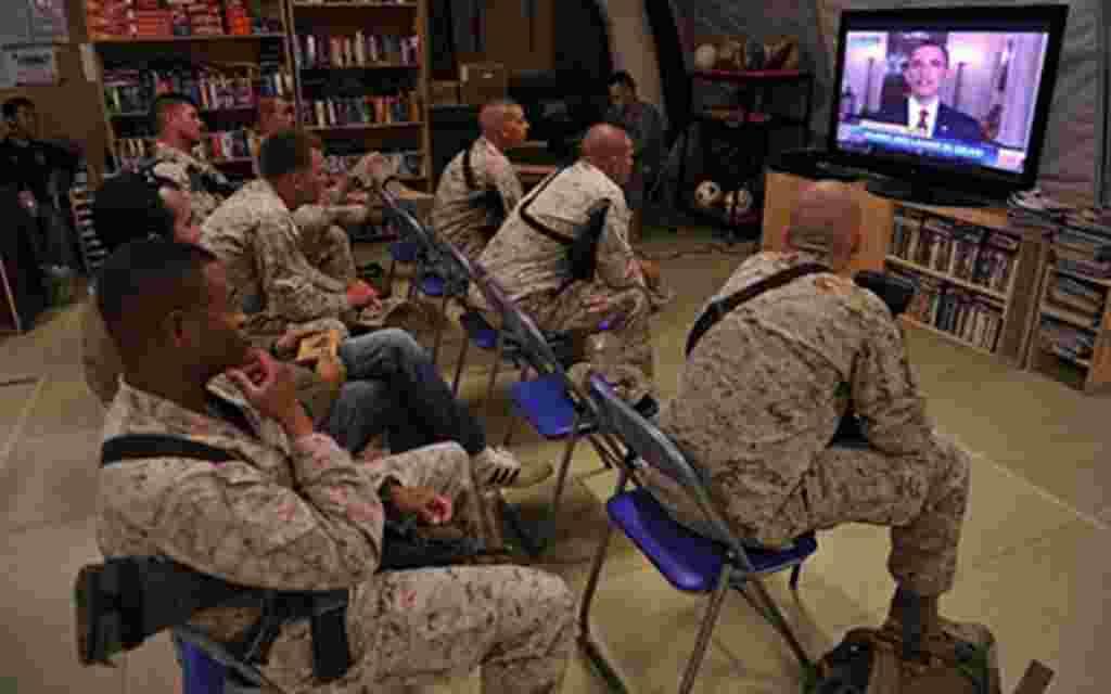 Infantes de la Marina de EE.UU. miran por televisión el anuncio del presidente Barack Obama sobre la muerte de Osama bin Laden.