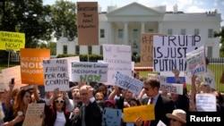Para demonstran menuntut investigasi atas pemecatan Direktur FBI James Comey dalam aksi di depan Gedung Putih (10/5).