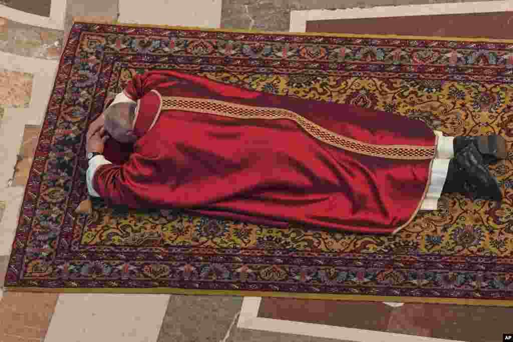 پاپ فرانسیس در بخشی از مراسم «آدینه نیک» روز منسوب به مصلوب شدن حضرت مسیح،روز زمین دراز کشیده است.