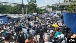 Bukele, que llegó a la Asamblea Legislativa como había prometido, dio un emotivo discurso ante cientos de seguidores que estaban listos para sacar por la fuerza a los diputados. Foto Enrique López/ VOA El Salvador.