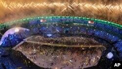 Juegos pirotécnicos acompañaron la gran inauguración.