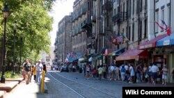 River Street se yon avni kote gen anpil aktivite nan vil Savannah, eta Joji.