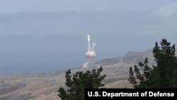 30일 미국이 서부 캘리포니아주 반덴버그 공군기지에서 신형 장거리 요격미사일로 대륙간탄도미사일(ICBM)을 요격하는 모의 시험을 실시했다. 미 국방부가 공개한 사진.