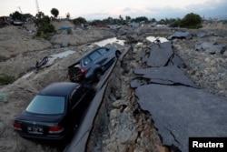 Mobil-mobil terjebak di tanah yang amblas setelah gempa bumi mengguncang kecamatan Balaroa di Palu, Sulawesi Tengah, 1 Oktober 2018.(Foto:Reuters)