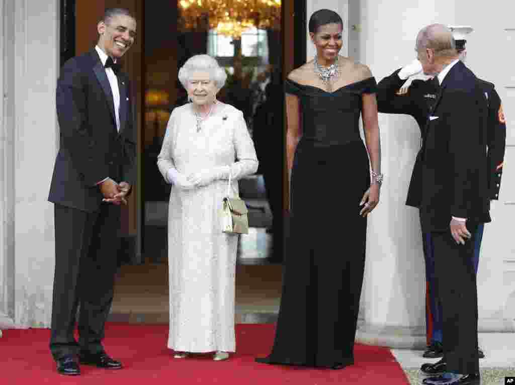 امریکی صدر باراک اوباما اور خاتون اول مشعل اوباما ملکہ برطانیہ الزبتھ دوم کے خوشگوار موڈ میں۔