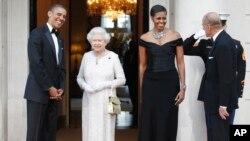 ABŞ prezidenti Barak Obama, birinci xanım Mişel Obama kraliça İkinci Yelizaveta və şahzadə Filipi şam yeməyindən öncə salamlayır
