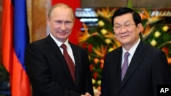 Tổng thống Nga Vladimir Putin bắt tay Chủ tịch nước Việt Nam Trương Tấn Sang tại Hà Nội, ngày 12/11/2013.