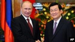 俄羅斯總統普京11月12日抵達越南訪問﹐與越南國家主席張晉創握手。