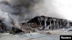 Sebuah pasar lokal di Donetsk, Ukraina timur hancur oleh serangan artileri, Rabu (3/5).