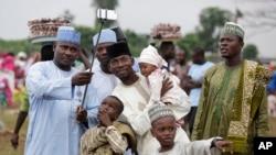 Une famille nigériane se prend en photo lors de l'Eid à Lagos au Nigeria, le 17 juillet 2015.