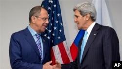 Ngoại trưởng Mỹ John Kerry bắt tay với Ngoại trưởng Nga Sergei Lavrov tại Bandar Seri Begawan, Brunei, ngày 2/7/2013.