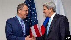 Menlu AS John Kerry (kanan) dan Menlu Rusia Sergei Lavrov bertemu di Bandar Seri Begawan, Brunei Darussalam hari Selasa (2/7).
