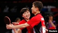 지난해 5월 프랑스 파리에서 열린 세계탁구선수권대회 혼합복식 경기에서 북한의 김정(왼쪽), 김혁봉 선수가 우승했다. (자료사진)