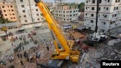 Binh sĩ Bangladesh dọn dẹp đống đổ nát của tòa nhà Plaza Rana bị sập ở Savar, ngoại ô Dhaka. Vụ sập nhà máy dệt may làm thiệt hại hơn 350 người nêu bật sự cần thiết phải có trách nhiệm.