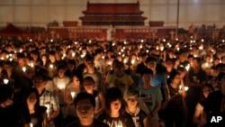 Hàng chục nghìn người thắp nến tưởng nhớ vụ Thiên An Môn ở công viên Victoria ở Hong Kong hôm 4/6.