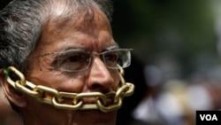Jorge Aguirre es un periodista de Ciudad de México que protesta contra la persecución de periodistas en su país.
