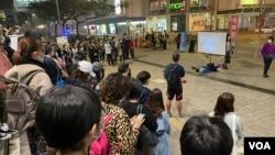 多名民主派區議員在將軍澳寶琳地鐵站出口的空地,舉行6-12事件9個月紀念日《抗暴之年》紀錄片地區放映會。(美國之音湯惠芸)