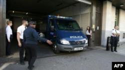 Un furgón policial en que supuestamente va Ahmed Hasan sale de los juzgados de Westminster tras ser acusado de intento de asesinato y uso de explosivos, el pasado 22 de septiembre en Londres.