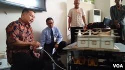 Prof. Sarwidi (baju batik) menunjukkan cara kerja Simutaga di kantor BPBD DIY hari Selasa 28/8. (Foto: Nurhadi/VOA)
