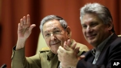 古巴總統勞爾•卡斯特羅12月19號在古巴國民議會代表大會上揮手致意