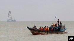 수백명을 실은 여객선이 침몰한 방글라데시 남부 파드마 강에서 5일 구조대가 생존자를 찾고 있다.