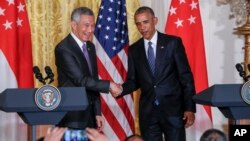 President Barack Obama shakes hands with Singapore's Prime Minister Lee Hsien Loong at the conclusion of a joint news conference at the White House in Washington, Aug. 2, 2016.