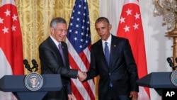 2016年8月2日, 美国总统奥巴马在白宫联合记者招待会结束的时候与新加坡总理李显龙握手。李显龙正在对美国进行国事访问。