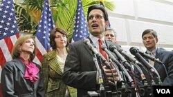 Ketua kelompok Mayoritas DPR AS, Eric Cantor berbicara kepada media soal upaya fraksi Republik mencabut UU Reformasi Layanan Kesehatan.