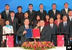陈云林(左)与江丙坤(右)交换签订之协议