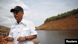 El Ministro de Electricidad de Venezuela, Luis Motta, en la represa Guri, la cuarta central hidroeléctrica más grande del mundo.