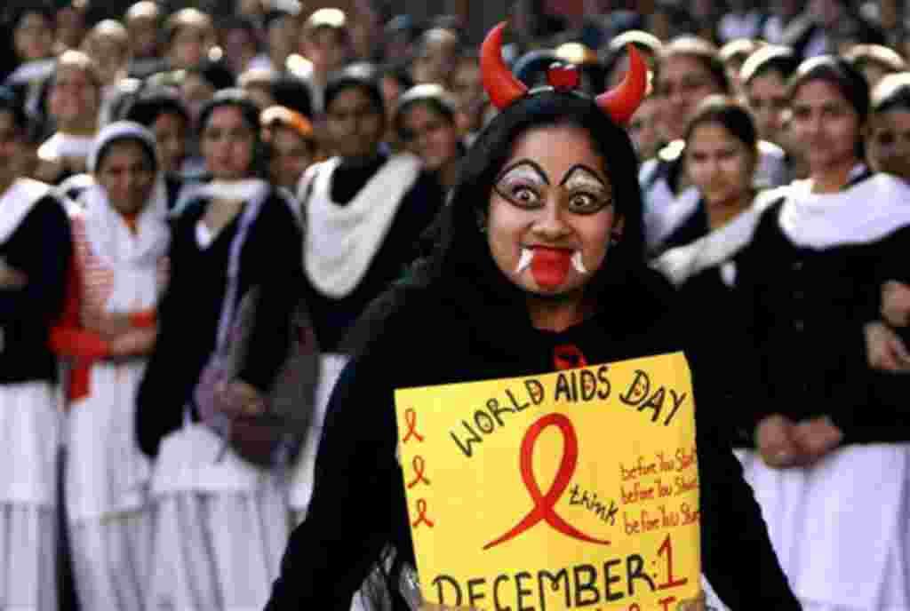 Universitarios en India, donde más de dos millones de personas tienen el virus del VIH, se preparan para los eventos del Día Mundial del SIDA.